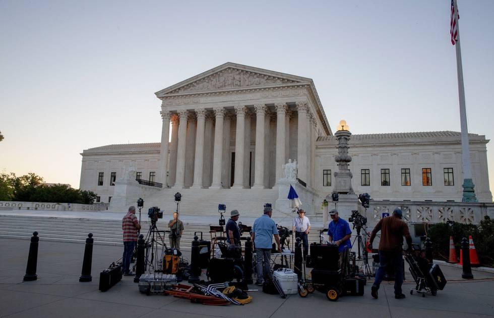 Jornalistas aguardam pronunciamento de Trump sobre nomeação de juiz da Suprema Corte.