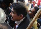 O ex-mandatário, que protestava contra uma norma interna, foi desalojado com os deputados de seu partido a socos e empurrões
