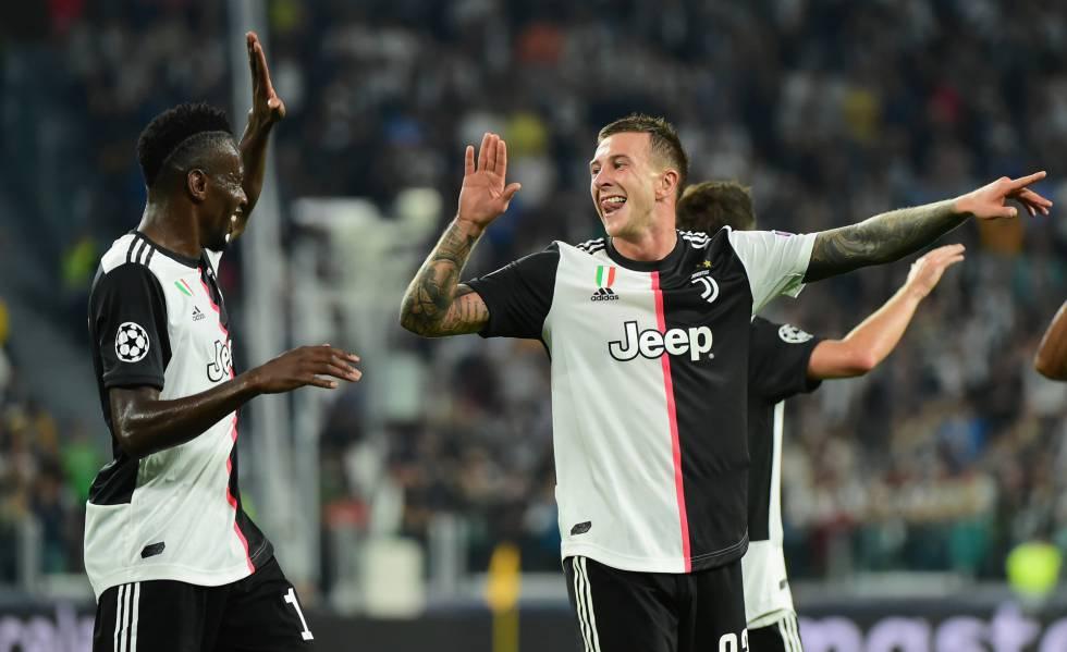 Matuidi e Bernadeschi comemorando o segundo gol da Juventus.