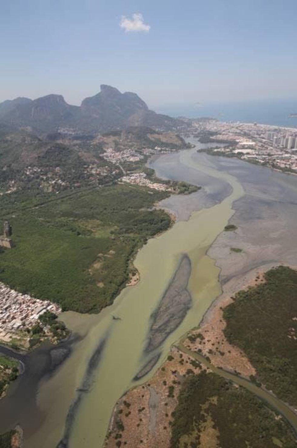 Uma foto aérea tomada pelo biólogo Mario Moscatelli no ano passado mostra a contaminação por esgoto nas lagoas da Barra e Jacarepagua.