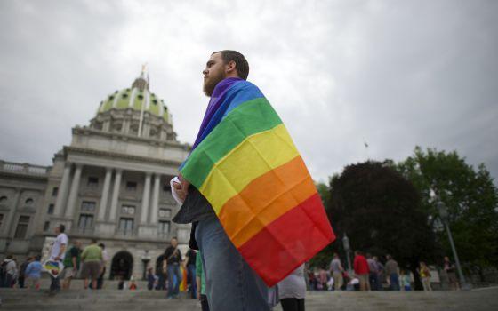 Um manifestante vai à concentração em Harrisburg, Pensilvânia, para comemorar a decisão judicial.