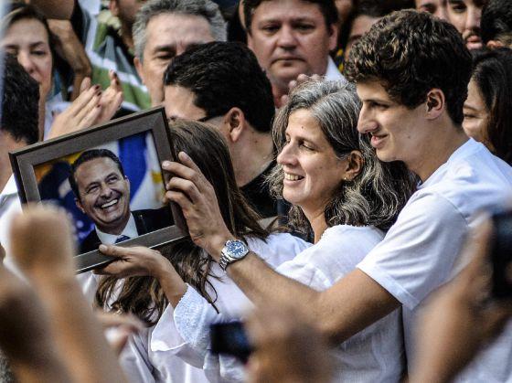 A viúva e os filhos de Eduardo Campos durante o velório em Recife.