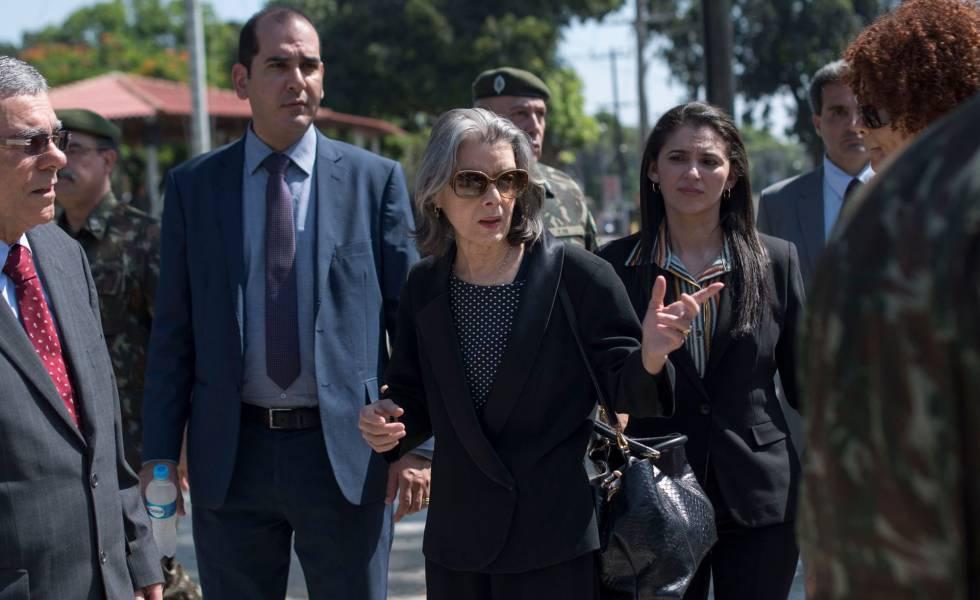 A ministra do STF Cármen Lúcia acompanha destruição de armas no Rio de Janeiro, no dia 20 de dezembro.