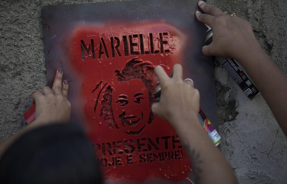 Manifestantes grafitam 'Marielle Presente' em protesto pela morte da vereadora do PSOL.