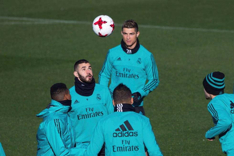 Benzema com Cristiano, Casemiro, Isco e Achraf durante treino nesta quarta-feira.
