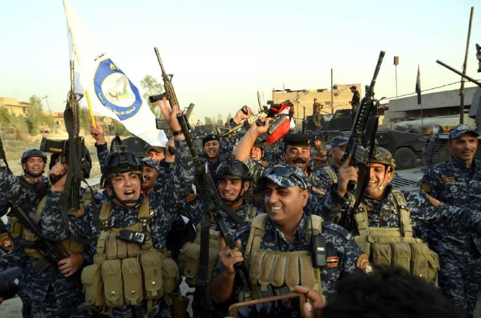 Soldados iraquianos celebram no centro de Mosul a retomada da cidade