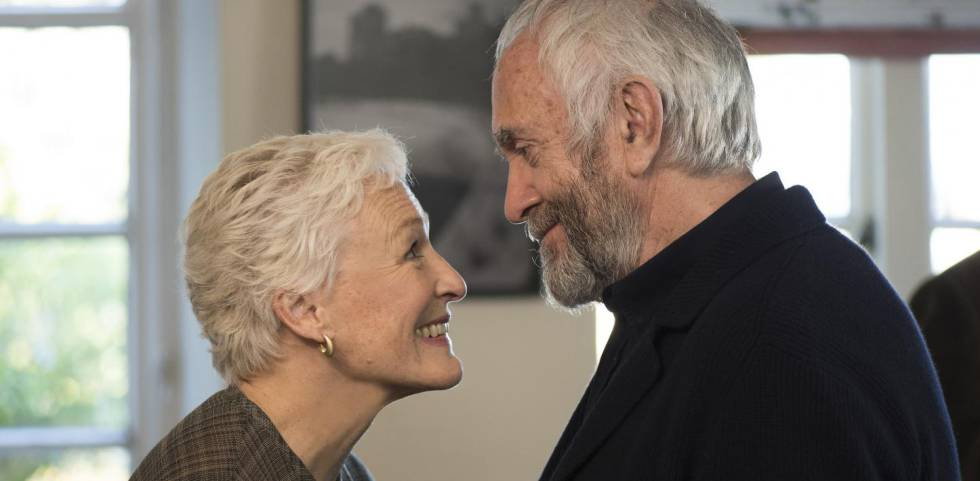Helen MIrren e Jonathan Pryce em 'The Wife'