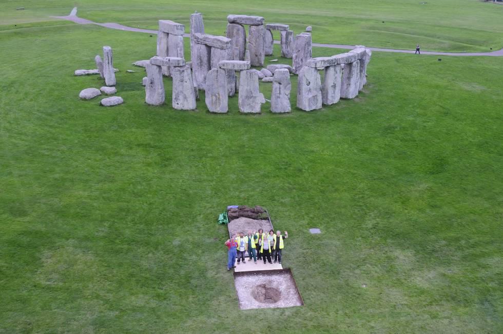 Escavação de uma das valas de Stonehenge.