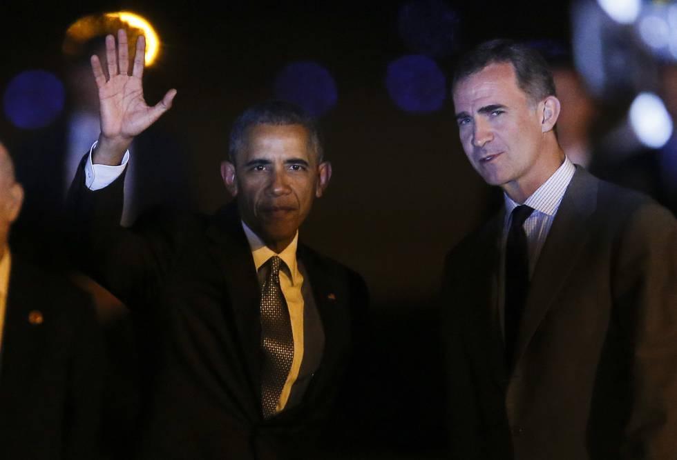 O presidente dos EUA, Barack Obama, é recebido pelo rei da Espanha, Felipe VI, ao chegar na noite deste sábado em Madri.