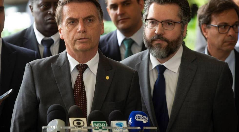 Bolsonaro ao lado do futuro chanceler Ernesto Araújo