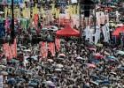 Meio milhão de pessoas aproveitam o aniversário da devolução da ex-colônia a Pequim para reclamar do excessivo controle da China