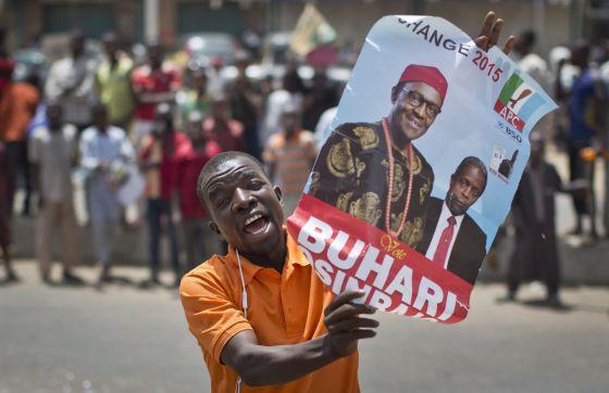 Partidário de Buhari exibe cartaz, na terça-feira, na Nigéria.