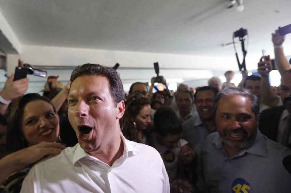 Novo prefeito de Porto Alegre comemora a vitória.
