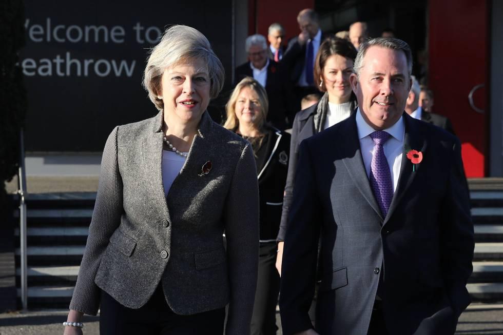 Theresa May e o seu secretário de Comércio Internacional, Liam Fox, neste domingo em Londres.