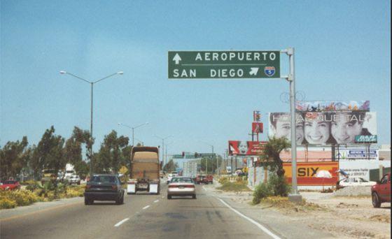 Placa indicativa do aeroporto de Tijuana e da cidade de San Diego.