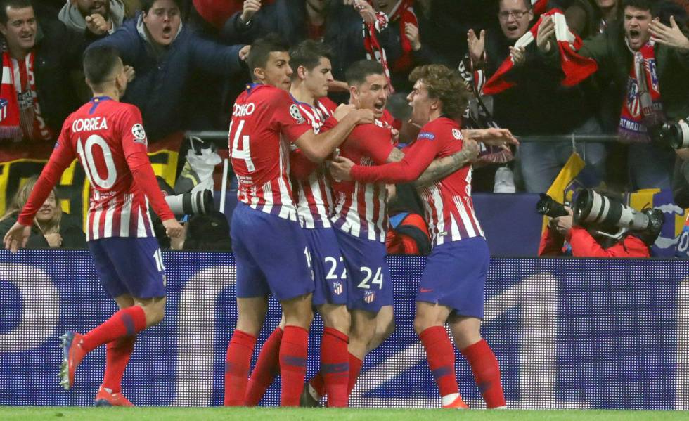 Jogadores do Atlético comemoram primeiro gol da partida.