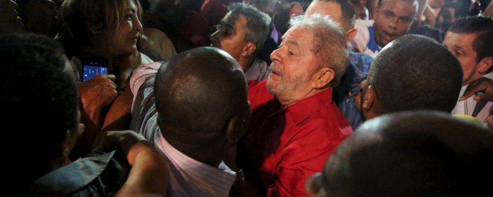 Ex-presidente Lula chega à Paulista.