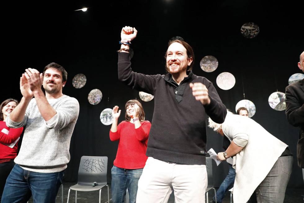 Ramón Espinar (esquerda) e Pablo Iglesias, em uma reunião com membros de Podemos em Madri no dia 3 de março.