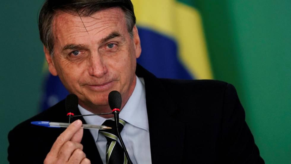 Bolsonaro, ao dizer que usa a caneta como arma para alterar o Estatuto do Desarmamento.