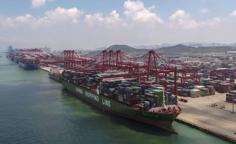 Um cargueiro no porto de Qingdao (leste da China), em 6 de agosto.