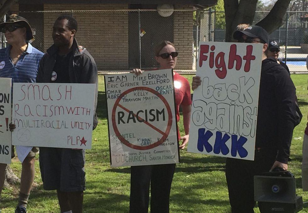 Protesto contra a presença do KKK em Anaheim, antes do incidente.