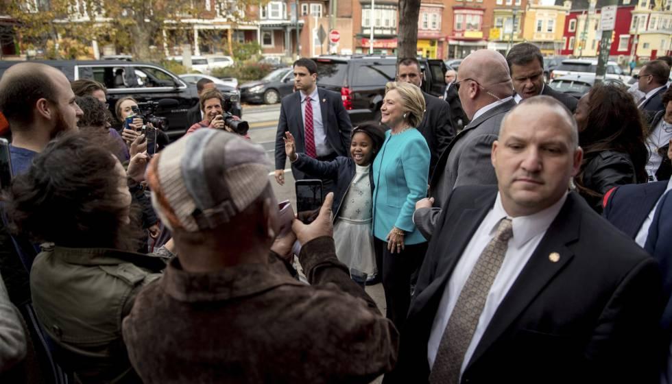 Hillary Clinton posa para uma foto com uma apoiadora na Filadélfia.
