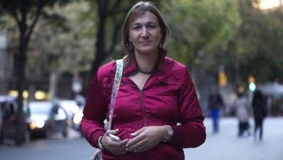 Laura Darriba, que é obrigada a se vestir de homem para ver o filho.