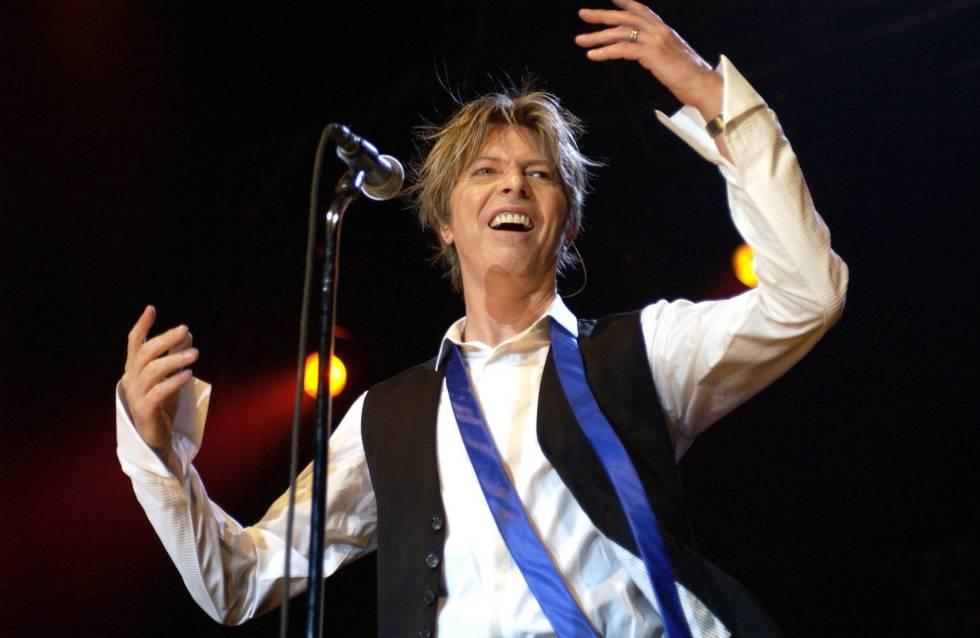 David Bowie durante um show na Alemanha em 2002.