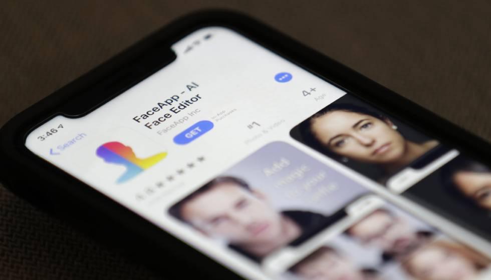 Um celular com o aplicativo FaceApp.