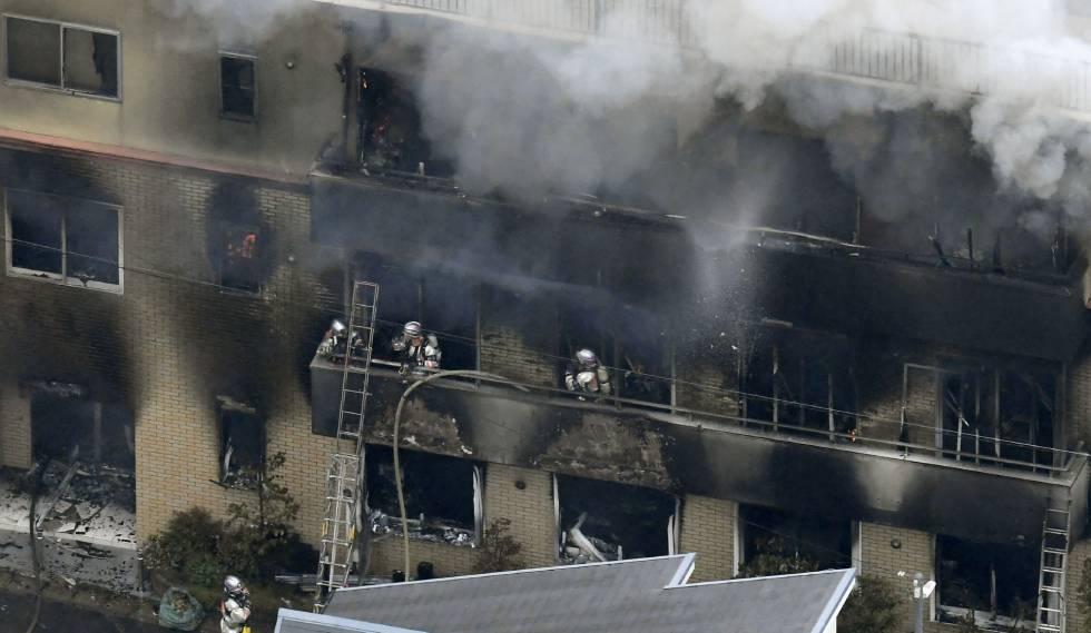 Los bomberos trabajan en el incendio del edificio.