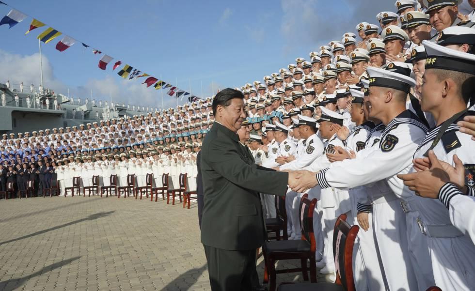 O presidente chinês, Xi Jinping, cumprimenta marinheiros no porto de Sanya, na província meridional de Hainan, em 17 de dezembro.