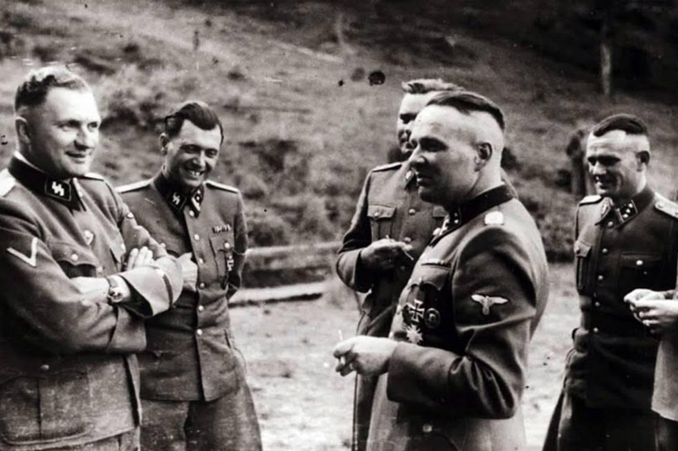 Grupo de oficiais das SS em Auschwitz, na segunda metade de 1944. O segundo a partir da esquerda é Josef Mengele.