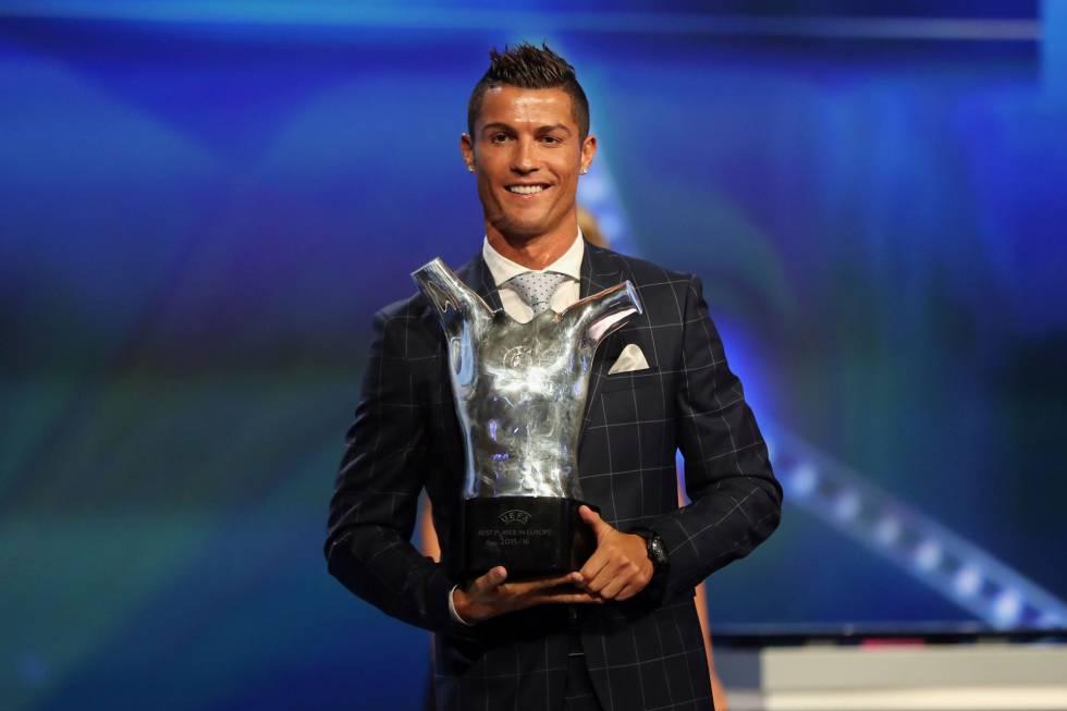 Cristiano Ronaldo, do Real Madrid, posa com o prêmio de melhor da Europa