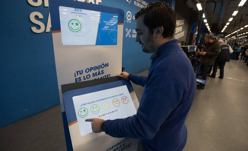 Cliente responde a uma pesquisa de satisfação no Decathlon, em Madri