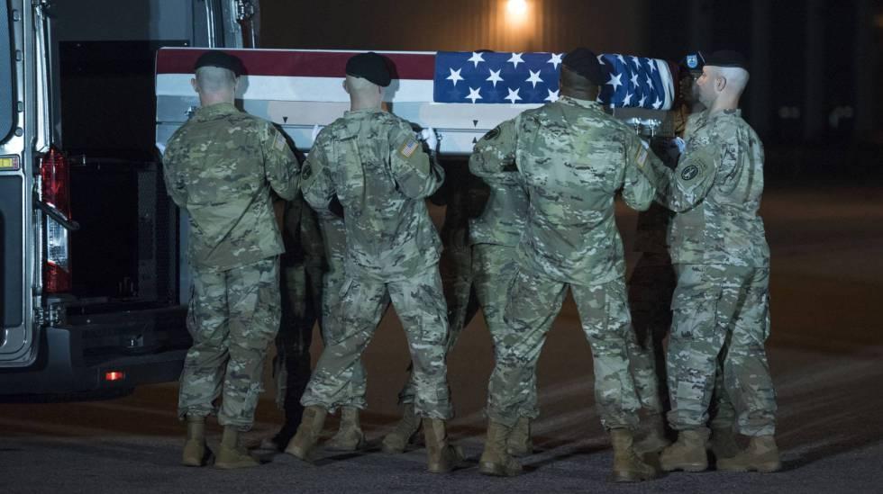 Soldados norte-americanos transportam os restos de um companheiro morto em Cabul (Afeganistão).