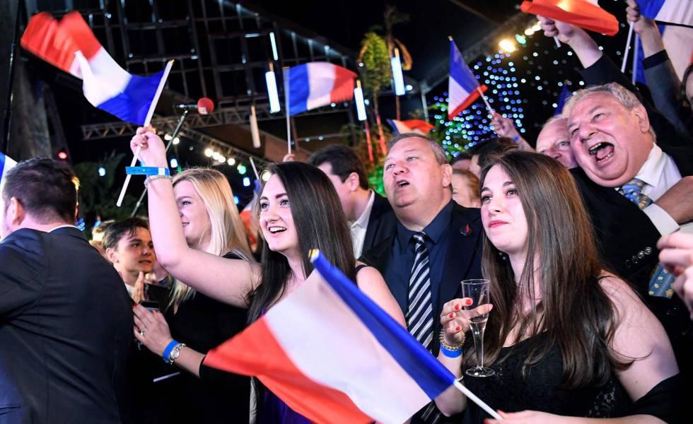 Simpatizantes do Agrupamento Nacional, em Paris