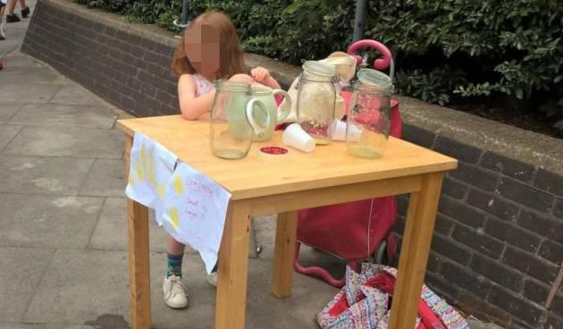 A criança de cinco anos vende limonada antes de receber multa.