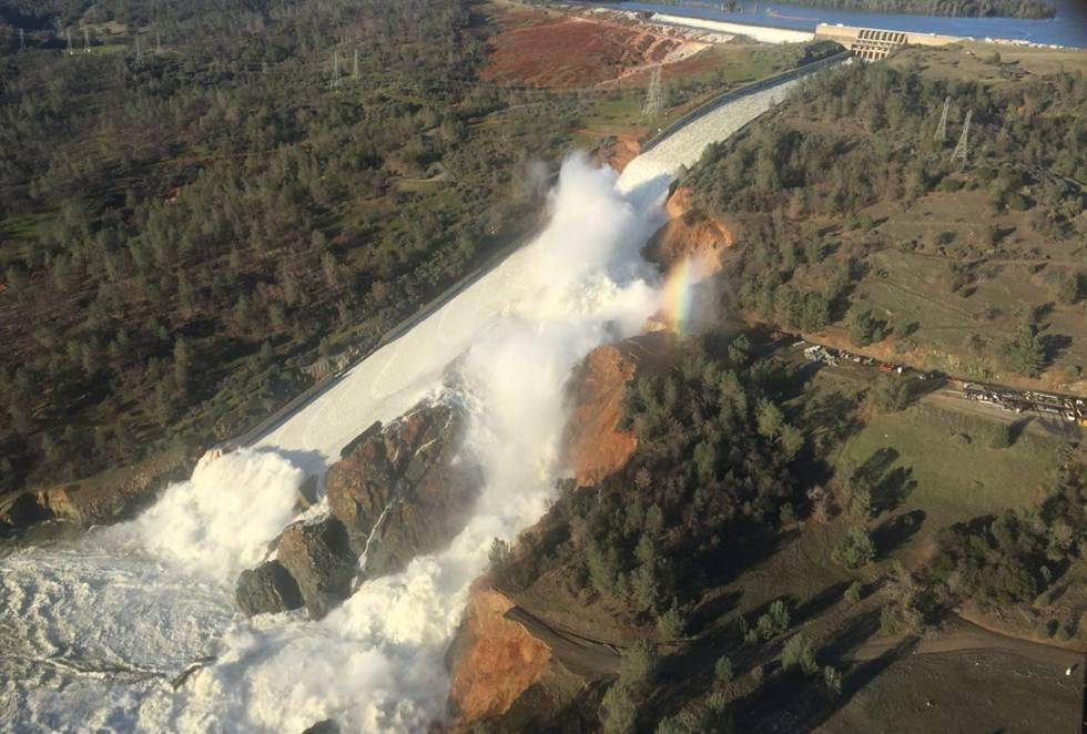 Vista aérea dos danos na represa de Oroville, na Califórnia.