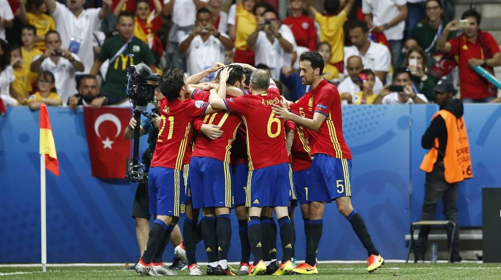 Jogadores comemoram vitória da Espanha.