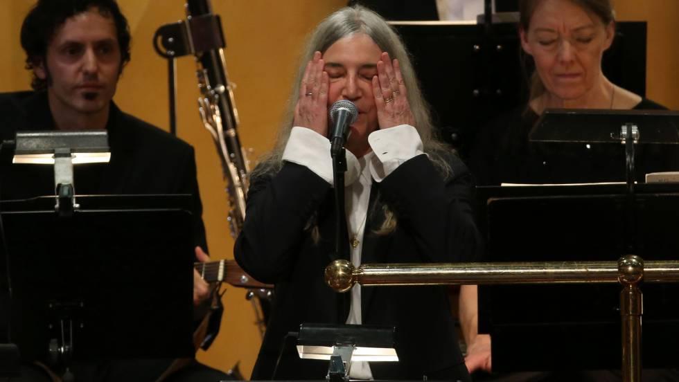 Patti Smith, emocionada em sua atuação na cerimônia de entrega do Prêmios Nobel.
