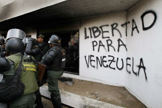 Guardas nacionais da Venezuela após um incêndio no Conselho Nacional Eleitoral.