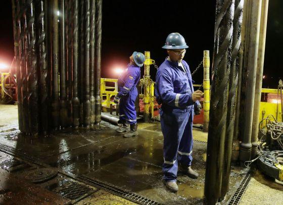 Operário prepara perfuratriz em um poço na Venezuela.