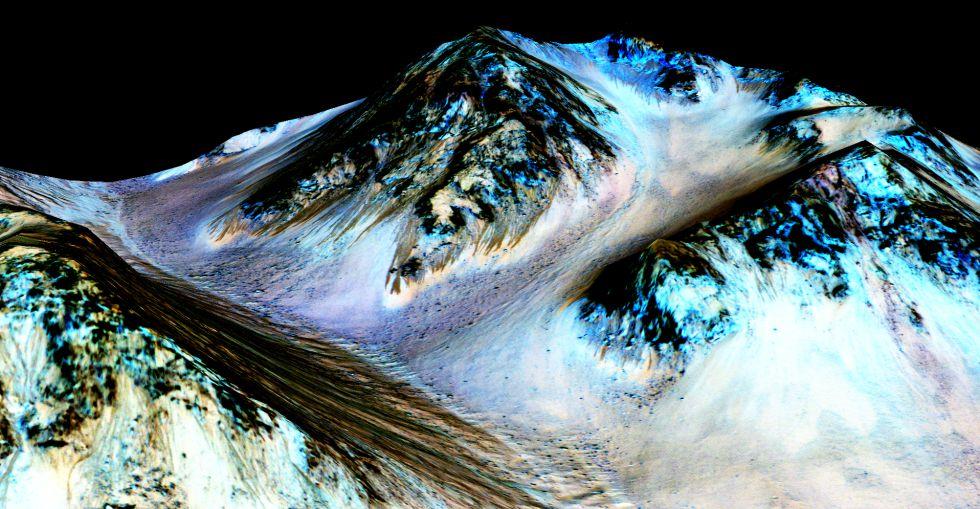 Em 29 de setembro a NASA anunciou que ter achado novas provas da existência de água líquida em Marte. A descoberta se baseava em umas imagens tomadas pela sonda MRO. Nelas, viam-se estrias escuras que escorriam a superfície do planeta vermelho. Um estudo publicado na 'Nature Geoscience' analisou pixel a pixel as imagens através de um espectrômetro de imagem, que permite identificar os minerais que há na superfície marciana. A equipe estudou as variações que havia dentro da cada pixel das imagens da MRO e concluiu que na superfície havia salgues hidratadas. Em abril, outro estudo da equipe científica a cargo do robô 'Curiosity' já assinalava que na superfície de Marte pode ser formado água líquida graças a um tipo de sal conhecido como perclorato.