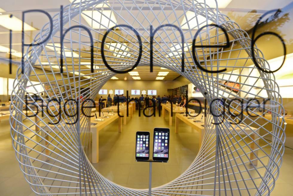Dois modelos de iPhone numa loja da Apple em Dallas, no Texas.