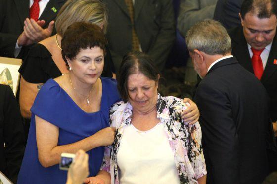 Inês Etienne, entre Rousseff e Lula durante a entrega do prêmio dos Direitos Humanos de 2009.