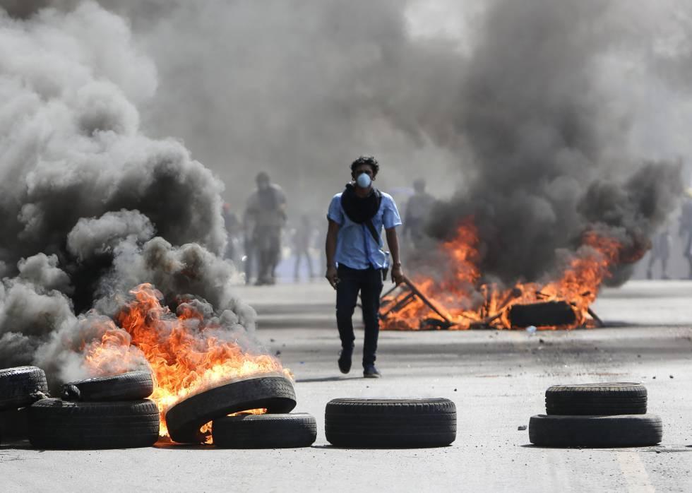 Um manifestante caminha entre barricadas em Managua.