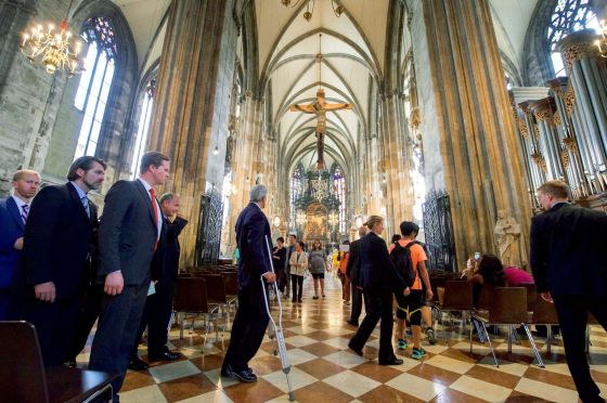 Antes de iniciar a negociação com o Irã, o secretário de Estado dos EUA, John Kerry, assistiu a uma missa na catedral de Santo Estêvão em Viena.