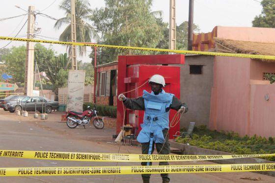 Guarda vigia o bar atacado neste sábado em Bamaco.