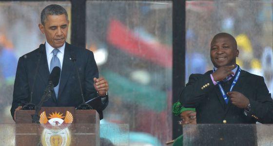 O falso intérprete, junto a Barack Obama.