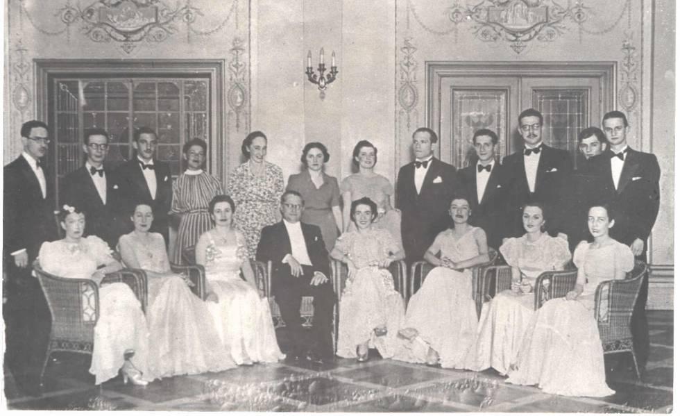 Formandos de 1938 da USP em salão do Teatro Municipal de São Paulo.
